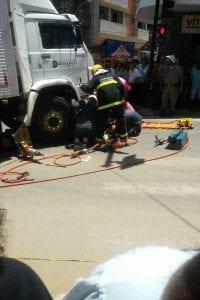 Foi necessário o uso de um alicate hidráulico para tirar o motoqueiro, que estava preso entre as rodas do caminhão.