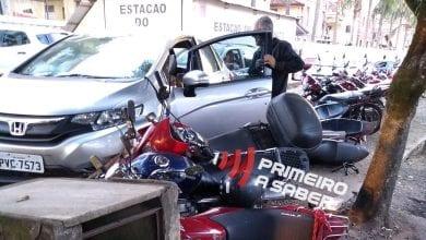 Photo of MOTORISTA PERDE O CONTROLE E BATE EM MOTOS ESTACIONADAS PRÓXIMO AO BALAÚSTRE