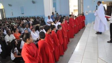 Photo of Paróquia Santo Antônio, em Teixeiras, celebra a investidura dos acólitos na festa de Cristo Rei